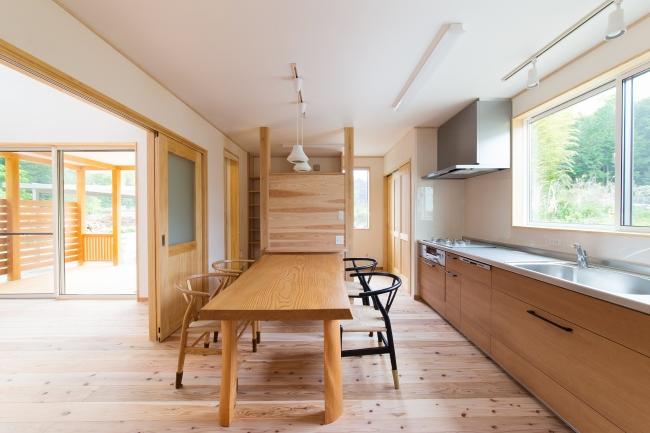 注文住宅ならではの間取り、壁付けのシステムキッチン、キッチン横にパントリーや家事スペースを