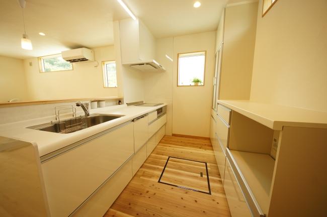 住宅のシステムキッチン実例、白