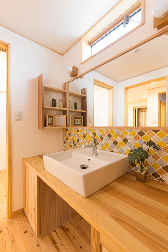 オーダーメイドの洗面化粧台、名古屋モザイクタイルを使った実例、注文住宅ならでは