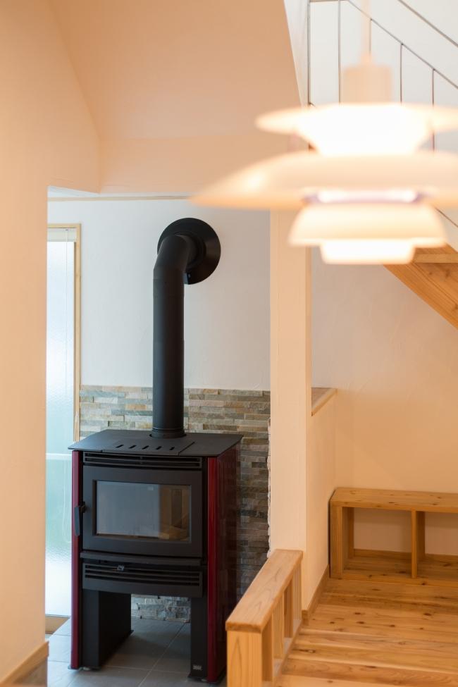 パシフィックエナジーのネオ、赤い薪ストーブ、暖炉みたい