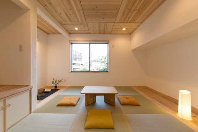一段上がった畳コーナー、半畳タタミ、琉球畳みたいな。